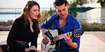 Serenay Sarıkaya ve Çağatay Ulusoy'un Seslendirdiği 17 Harika Şarkı